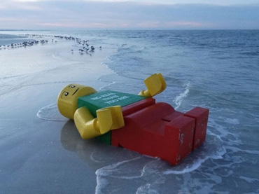 20-Thrilling-Images-Of-Bizarre-Objects-Found-On-Sea-Beaches